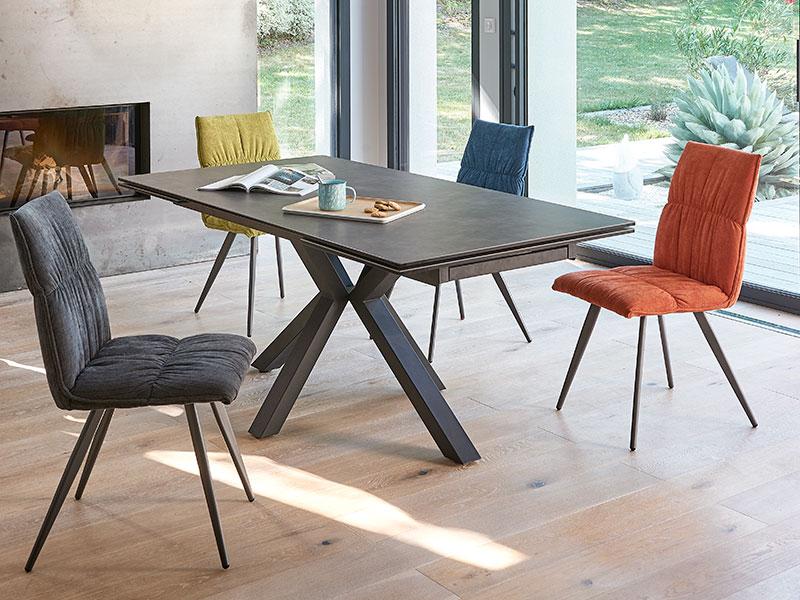 chaises-colorees-table-ceramique-ameublier